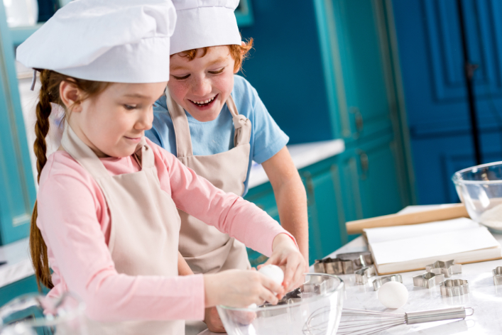 adorable-happy-little-kids-in-chef-hats-and-aprons-G2GKCX2 (1)